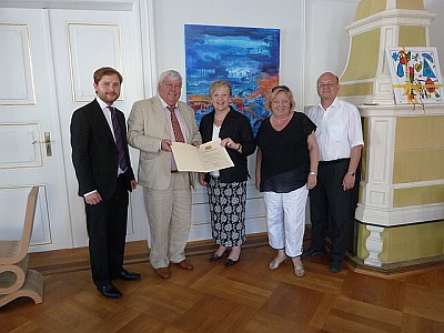 Dr. Gisela Schulte-Daxbök (2nd from right) at the formal handover ceremony of the Deed of Foundation in 2010